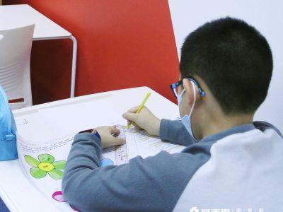 開考前忙著做功課的考生。