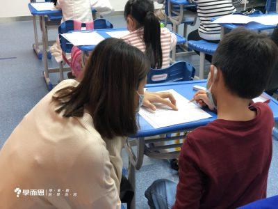 Miss Becky為一年級考生讀題。